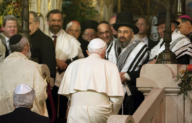 Pope Benedict XVI arrives at Rome's main synagogue