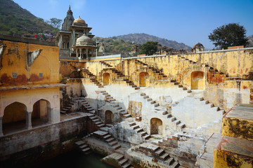 Photo sur Aluminium Typical ancient indian baoli, or step water well, next to Jaipur, India. Horizontal view of old city.