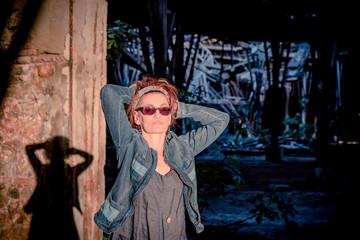 Femme jouant avec le soleil dans l'usine abandonnée de Toscane
