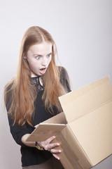 Frau ist erschrocken über Inhalt im Paket