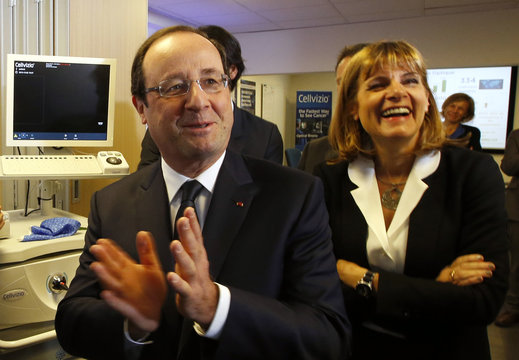 """French President Hollande and the President of the """"Innovation 2030"""" Commission,  Lauvergeon, applaud employees during the presentation of Cellvizio, a Medical Endomicroscopy virtual assistant at the Mauna Kea Technologies office in Paris"""