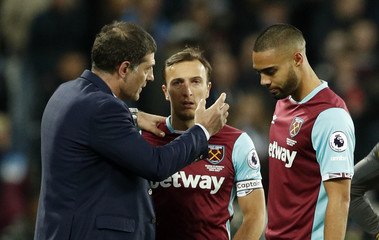 West Ham United manager Slaven Bilic speaks with  Winston Reid and Mark Noble