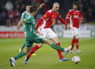 Dallku of Vorskla Poltava tries to block Van Damme of Standard Liege during their Europa League soccer match in Liege