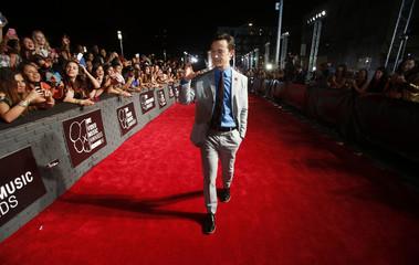 Actor Joseph Gordon Levitt arrives at the 2013 MTV Video Music Awards in New York