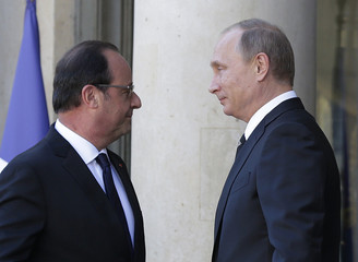 French President Francois Hollande welcomes Russia's President Vladimir Putin as he arrives attend a summit to discuss the conflict in Ukraine at the Elysee Palace in Paris