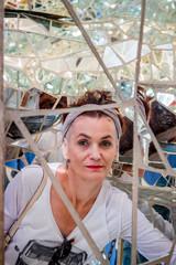 Femme dans la maison du Jardin des Tarots à Capalbio en Toscane