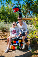 Femme et fillette dans le Jardin des Tarots à Capalbio en Toscane