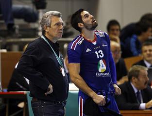 France's coach Onesta and Karabatic react during their Men's Handball World Championship quarter-final match against Croatia in Zaragoza