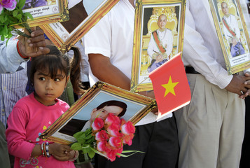A Cambodian girl holds a portrait of Vietnamese President Nguyen Minh Triet while awaiting the arrival of Nguyen in Phnom Penh