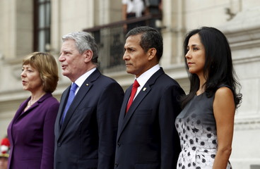 German President Joachim Gauck and his partner Daniela Schadt sing their national anthem next to Peru's President Ollanta Humala and his wife Nadine Heredia after their arrival at the government palace in Lima