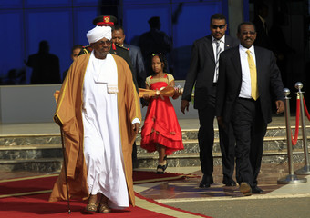 Sudan's President Bashir arrives to welcome Egypt's President Sisi in Khartoum