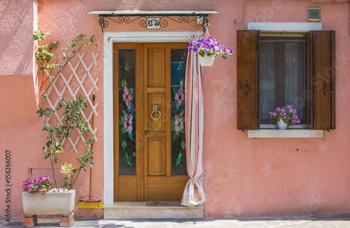 Dettagli di burano porta e finestra di una casa decorata con fiori immagini e fotografie - Costo di una porta finestra ...