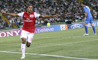 Arsenal's Walcott celebrates after scoring as Udinese's Handanovic reacts during their Champions League soccer match in Udine