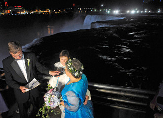 Rudd and Lambert are married at the stroke of midnight, at the brink of Niagara Falls, in Niagara Falls, New York