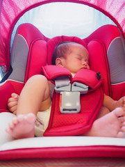newborn baby sit in the car seat for safety