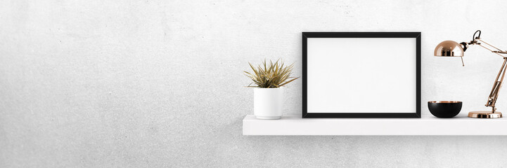 Regal mit Bilderrahmen und Accessoires -  Banner mit Textfreiraum