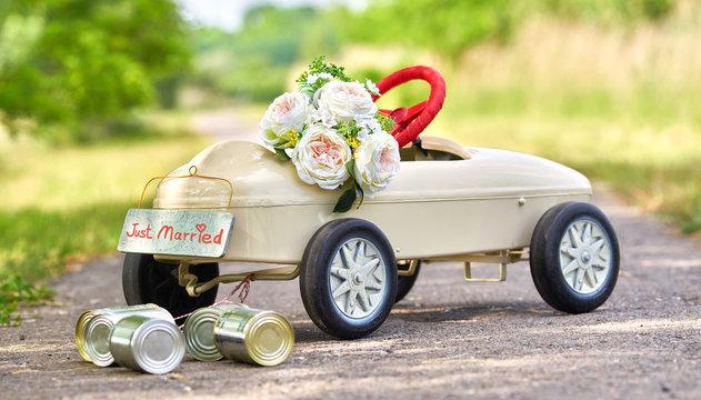 Heiraten - Tretauto als Symbol für Flitterwochen