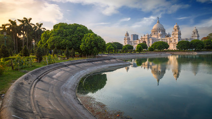 Victoria Memorial - A white marble historic monument and museum at sunrise with moody sky.  Papier Peint