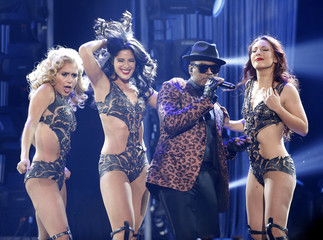 "Ne-Yo performs ""Time of Our Lives"" with Pitbull during the 42nd American Music Awards in Los Angeles"