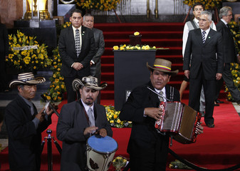 Musicians play in front of the urn containing the ashes of Colombian Nobel laureate Gabriel Garcia Marquez during a public viewing in the Palace of Fine Arts in Mexico City