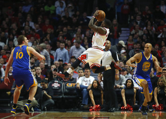 Chicago Bulls' Robinson shoots between Golden State Warriors' Lee and Jefferson during the first half of their NBA basketball game in Chicago