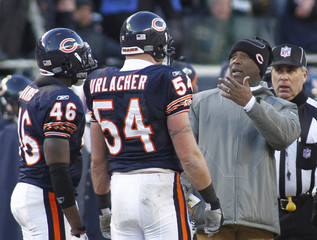 Chicago Bears head coach Smith speaks with Bears linebacker Urlacher and safety Harris during the third quarter of their NFL NFC Championship football game against the Packers in Chicago