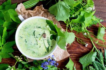 Selbstgemachte Suppe aus heimischen Wildkräutern (Wiesenkräutern)