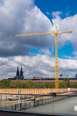 Baukran auf einer Großbaustelle vor dem Kölner Dom