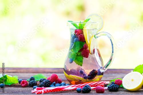 Detox Getränk aus frischen Beeren, Zitrone, Limette, Minze, Melisse ...