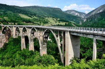 Виды Черногории, мост Джурджевича через реку Тара