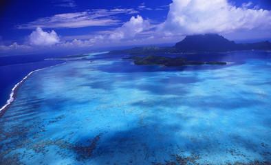 Luftbild von der LAgune der Südseeinsel Bora Bora