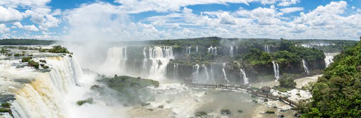 Panorama der Iguazu Wasserfälle an der Grenze von Argentinien und Brasilien