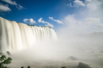 Lanzeitbelichtung der Iguazu Wasserfälle an der Grenze von Argentinien und Brasilien