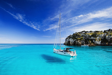 Foto auf Gartenposter Turkis Beautiful bay with sailing boats, Menorca island, Spain