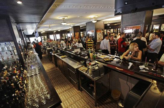 People fill the newly reopened Sloppy Joe's bar in Havana