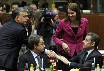 Hungary's PM Orban, Spain's PM Zapatero, Finland's PM Kiviniemi and France's President Sarkozy talk at an European Union leaders summit in Brussels