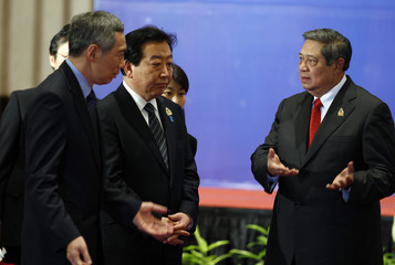 Singapore's PM Lee, Japan's PM Noda and Indonesia's President Yudhoyono talk during the ASEAN-Japan Summit in Bali