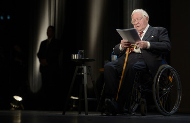 """Former German Chancellor Schmidt delivers his speech at his birthday party, organized by German weekly magazine """"Die Zeit"""", in a theater in Hamburg"""