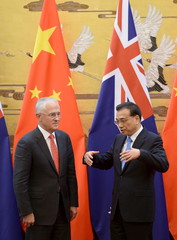 Chinese Premier Li Keqiang  speaks with Australian Prime Minister Malcolm Turnbull during a signing ceremony at the Great Hall of the People in Beijing
