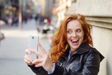 frau macht ein witziges selfie