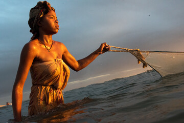 femme pêcheuse de bichiques Madagascar