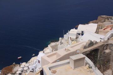 mer bleue et maisons blanches