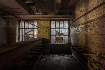 Verlassener Waschraum in Ruine