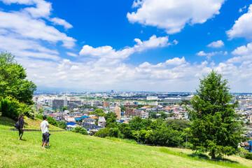 青空と新緑の丘