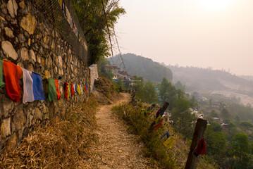 Weg mit Gebetsfahnen in Nepal