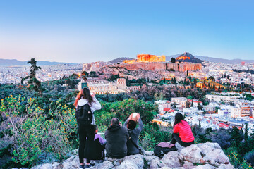 Photo sur Aluminium Athenes People in Athens sightseeing at Acropolis ancient building from Philosophy hill, sunset scenery. Greece.