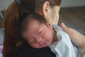 授乳後、赤ちゃんにげっぷさせるママ 生後14日