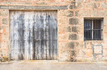 Altes Holztor und Fenster mit Gitter Detail Ansicht