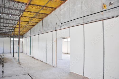 Edificio de paredes de madera con planchas de for Planchas de madera para paredes