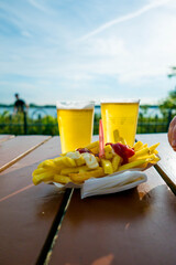 Zwei Bier mit Pommes